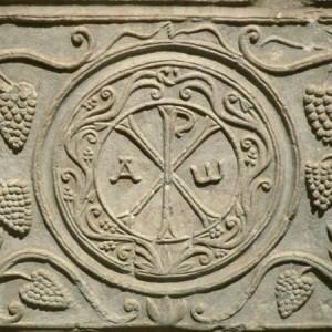 Монограмма Иисуса Христа в окружении виноградных лоз (саркофаг VI века)