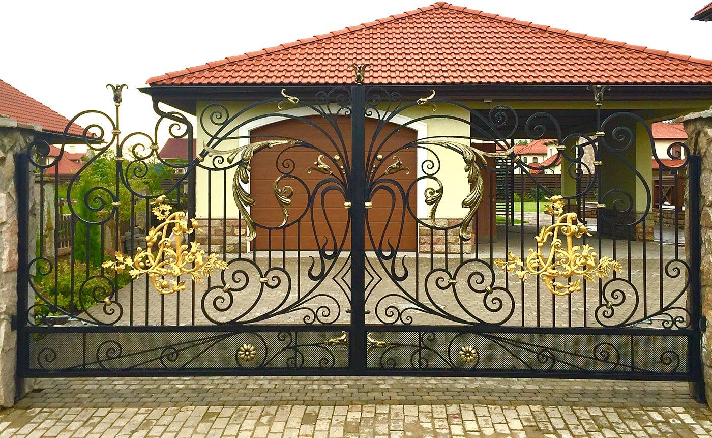 Монограмма на воротах
