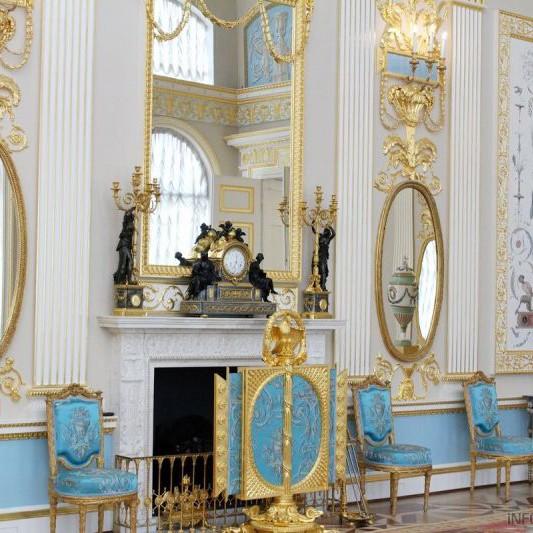 Монограмма в интерьере императорских особ и Лионский зал
