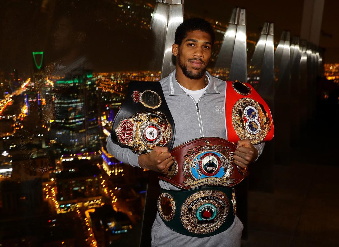Чемпион мира по боксу со своими наградами