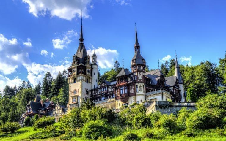 Старинный замок в Европе украшенный гербами и монограммой