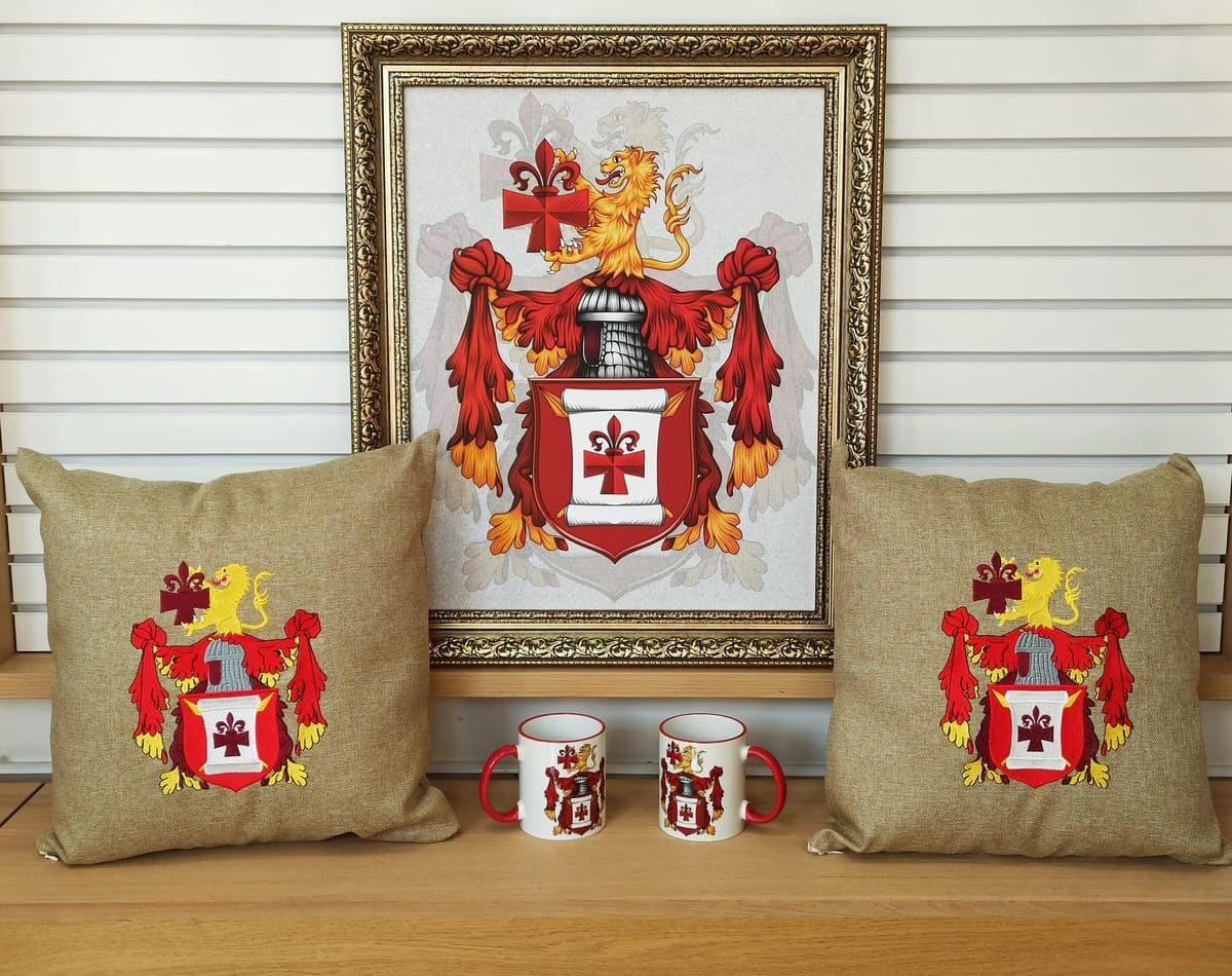 Применение герба в интерье в виде картины, подушки с гербом, чашки с гербом