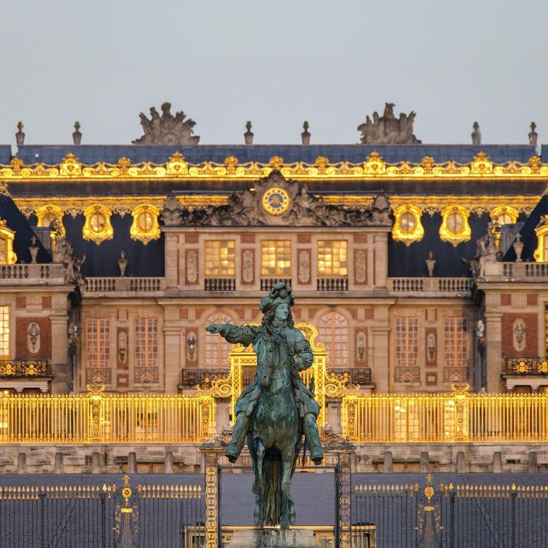 Дворец в Версале, герб короля-солнце, эмблема Людовика XIV